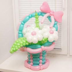 Корзина с цветами и зеленью из воздушных шаров